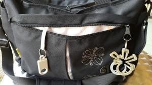 Gantungan kunci dan untuk peralatan ibu ada dibagian depan tas