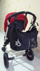 Tas digantung dengan menggunakan clipix/stroller hook di stroller dengan handle bar (pegangan) menyatu