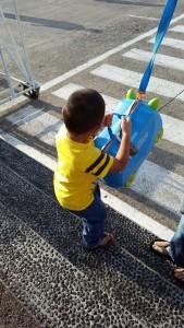 Si bungsu tetap berusaha membawa kopernya sendiri :)