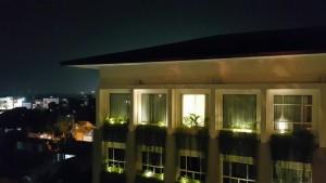 View didepan kamar saat malam hari