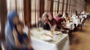 Ini foto memang sengaja pakai efek blur? tapi masih bisa kelihatan kaan kalau semu meja dekat jendela penuh terisi ?